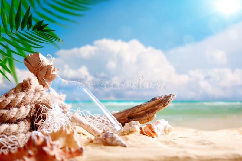 Landschap met shells op tropisch strand Rust op het strand Reis royalty-vrije stock foto