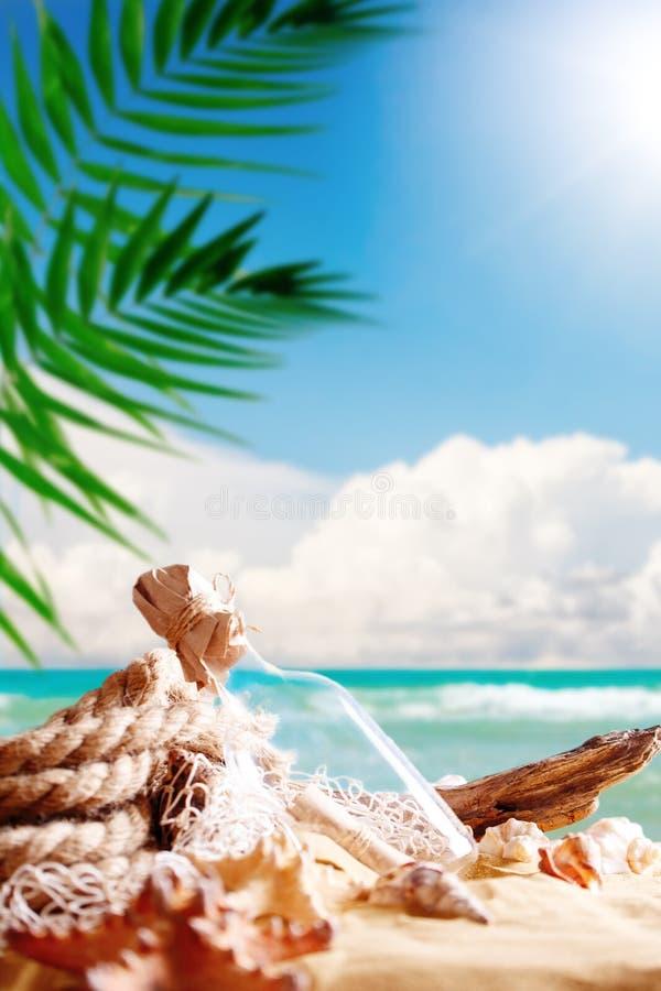 Landschap met shells op tropisch strand Rust op het strand Reis royalty-vrije stock afbeeldingen