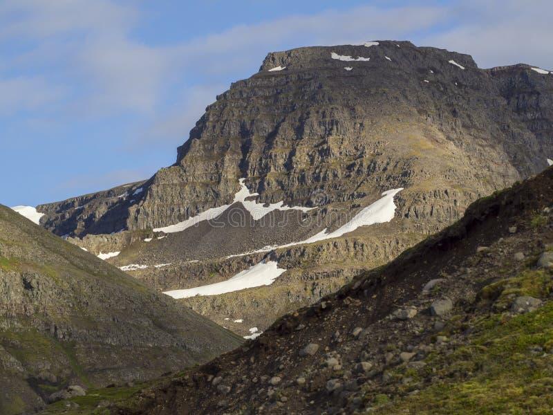 Landschap met sneeuw afgedekte bergen in het westenfjorden IJsland, blauwe hemel stock fotografie