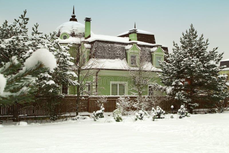 Landschap met snowbanks van witte sneeuw en pijnboombomen in de tuin van het land royalty-vrije stock fotografie