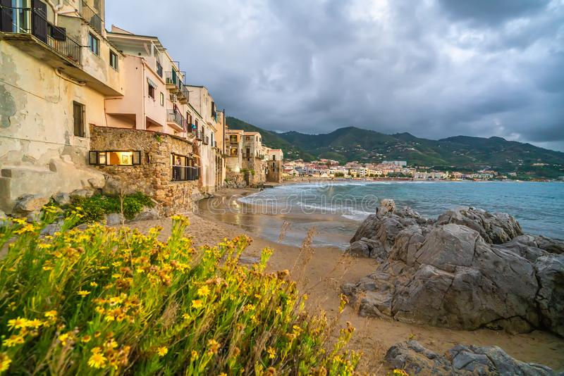 Landschap met strand en middeleeuwse Cefalu-stad, het eiland van Sicilië, Italië stock afbeelding
