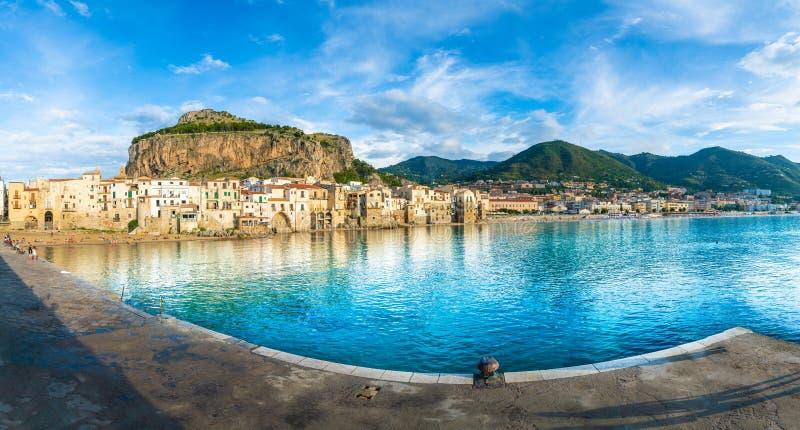 Landschap met strand en middeleeuwse Cefalu-stad, het eiland van Sicilië, Italië stock foto