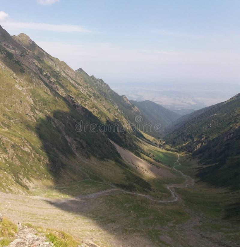 Landschap met vallei en windende weg in de bergen stock afbeeldingen