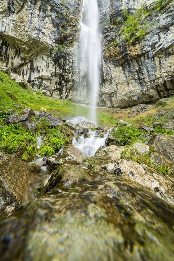 Landschap met waterval van de Karpaten royalty-vrije stock fotografie