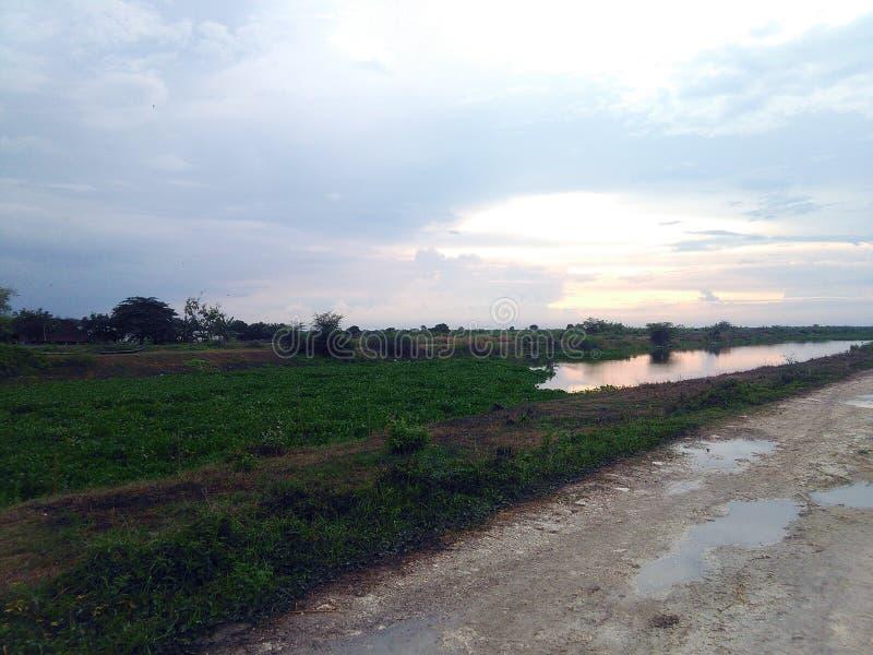landschap met weg en wolken stock foto's
