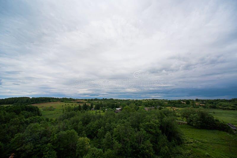 Landschap met wolken, bos stock afbeeldingen