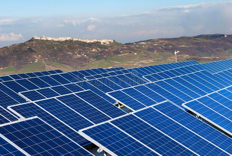 Landschap met zonnepaneelinstallatio stock foto's