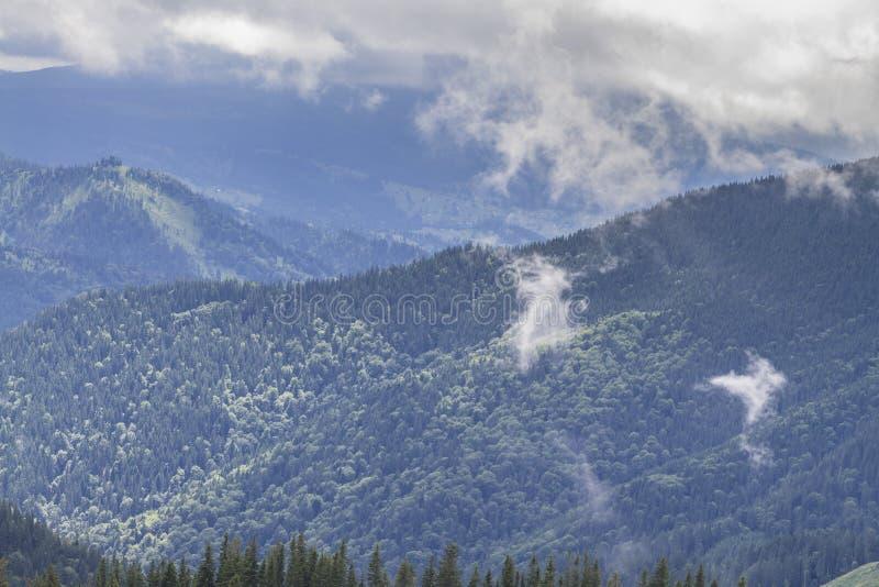 Landschap na regen in de bergen wordt gefotografeerd die royalty-vrije stock foto's