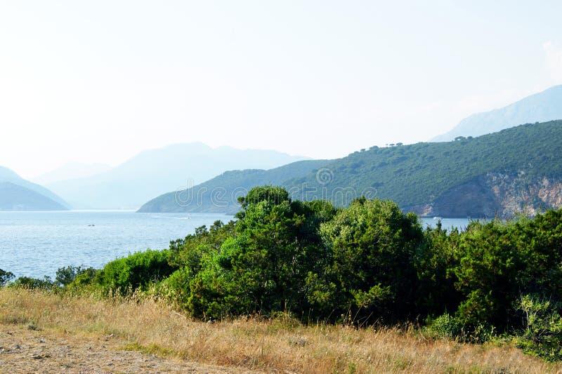 Landschap op het Lustica-schiereiland op een duidelijke hete de zomerdag stock afbeelding