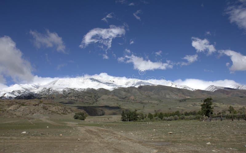 Landschap Rusland Altai In de achtergrondberg Een mooi de herfstlandschap, een mening van het bergmeer stock fotografie