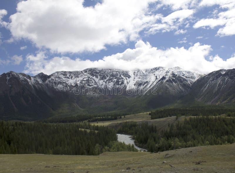 Landschap Rusland Altai In de achtergrondberg Een mooi de herfstlandschap, een mening van het bergmeer royalty-vrije stock foto's