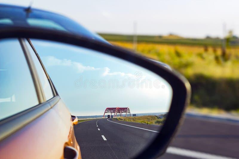 Landschap in sideviewspiegel van weg en auto's royalty-vrije stock afbeeldingen