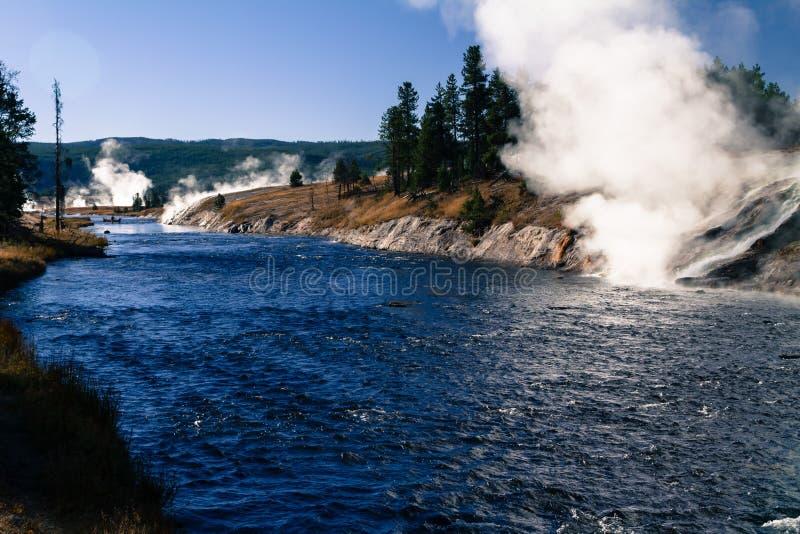 Landschap toneel van een geiserbassin in het Nationale Park van Yellowstone stock fotografie