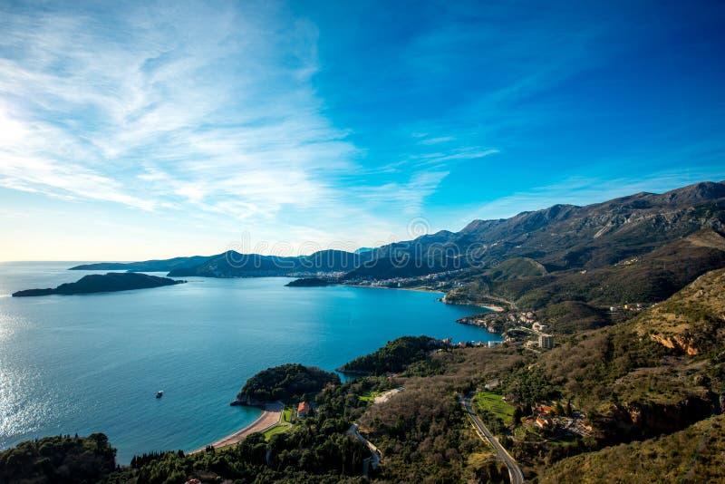 Landschap van Adriatische overzeese kust in Montenegro stock foto's