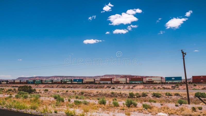 Landschap van Arizona met Trein die in de afstand kruisen stock afbeelding