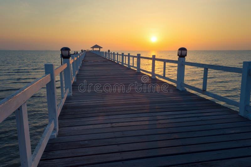 Landschap van Beboste brug in de haven tussen Zonsondergang stock foto