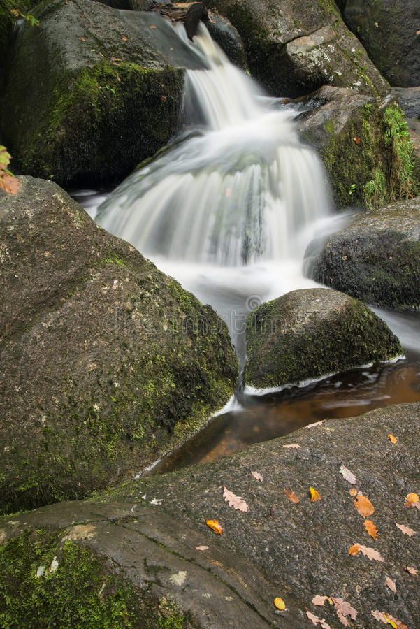Landschap van Becky Falls-waterval in het Nationale Park Eng van Dartmoor royalty-vrije stock foto