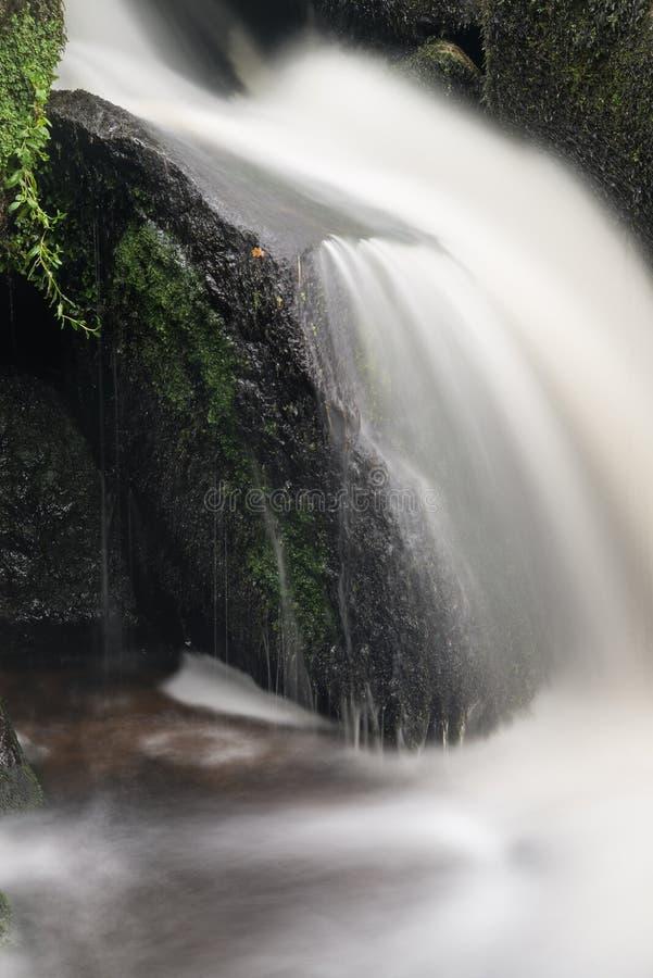 Landschap van Becky Falls-waterval in het Nationale Park Eng van Dartmoor stock fotografie