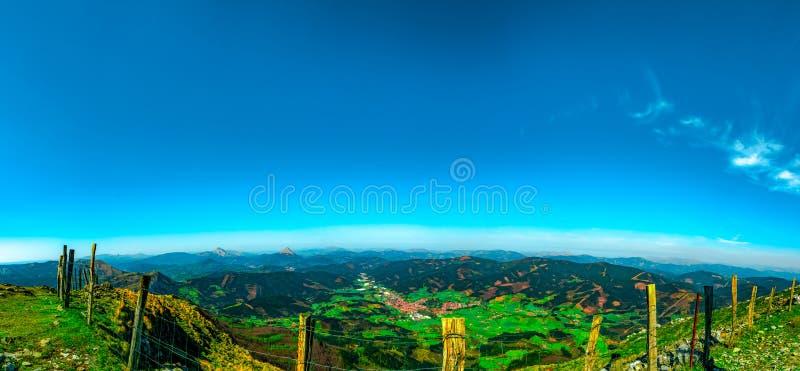 Landschap van berg en dorp in vallei Weergeven vanaf bovenkant van berg dichtbij rand en omheining Mooie mening in Europa Rode kl royalty-vrije stock afbeelding