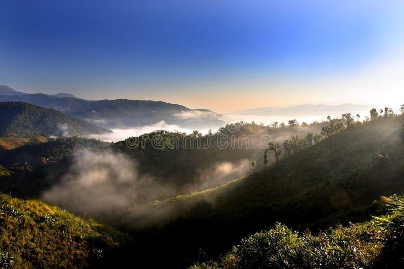Landschap van berg met mist en blauwe hemel in ochtend, Chiang M royalty-vrije stock afbeelding