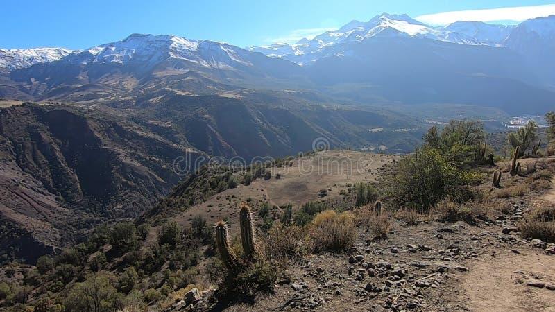 Landschap van bergen en vallei stock afbeelding