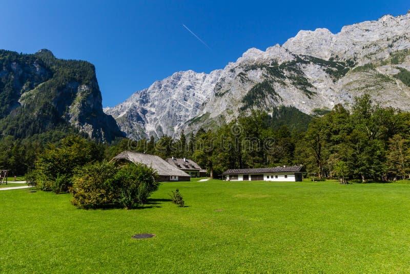 Landschap van bergen, groen gebied, hemel, bos in Konigsee, Duitsland royalty-vrije stock afbeelding