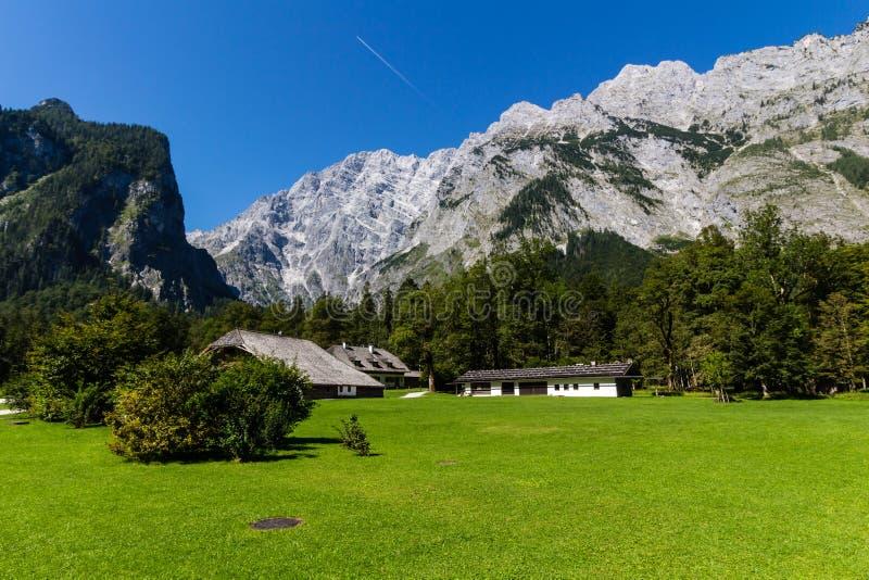 Landschap van bergen, groen gebied, hemel, bos in Konigsee, Duitsland stock afbeelding