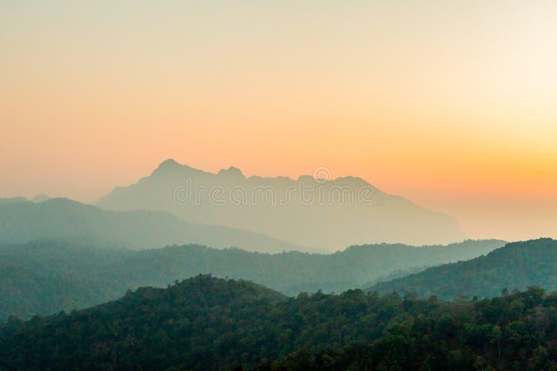 Landschap van berglaag in van de ochtendzonsopgang en winter mist royalty-vrije stock afbeelding