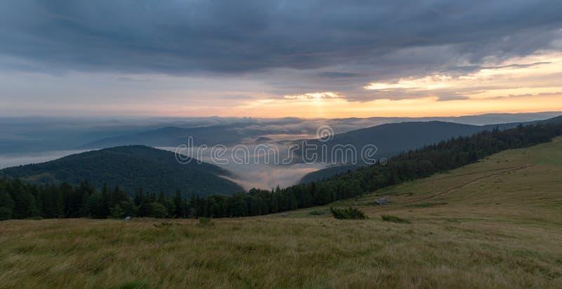 Landschap van bergweiland, die bewolkte hemel en groene hellingen gelijk maken Aard panoramisch landschap De Bergen van de Karpat royalty-vrije stock afbeeldingen