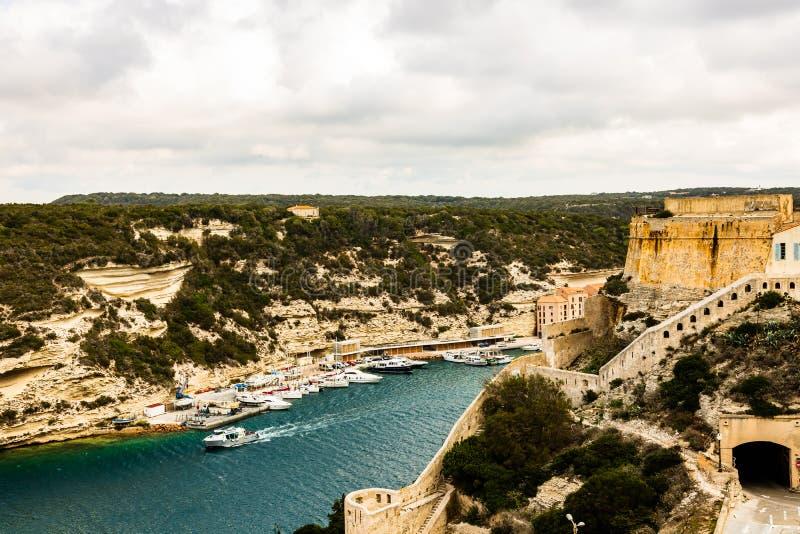 Landschap van Bonifacio met de Haven en de Citadel bij linkerzijde Het eiland van Corsica, Frankrijk stock foto