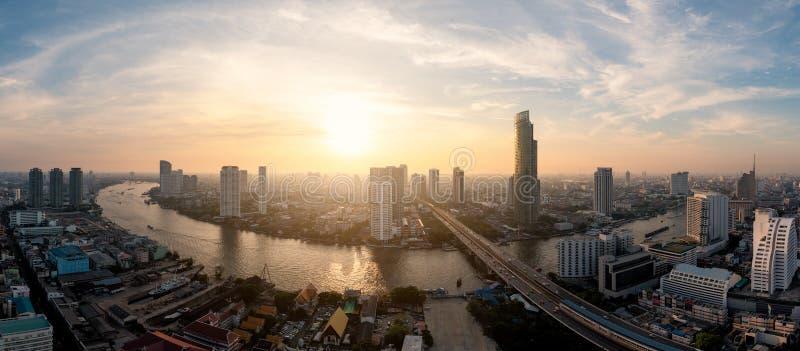 Landschap van Chao-phrayarivier in de stad van Bangkok in avondtijd w royalty-vrije stock fotografie