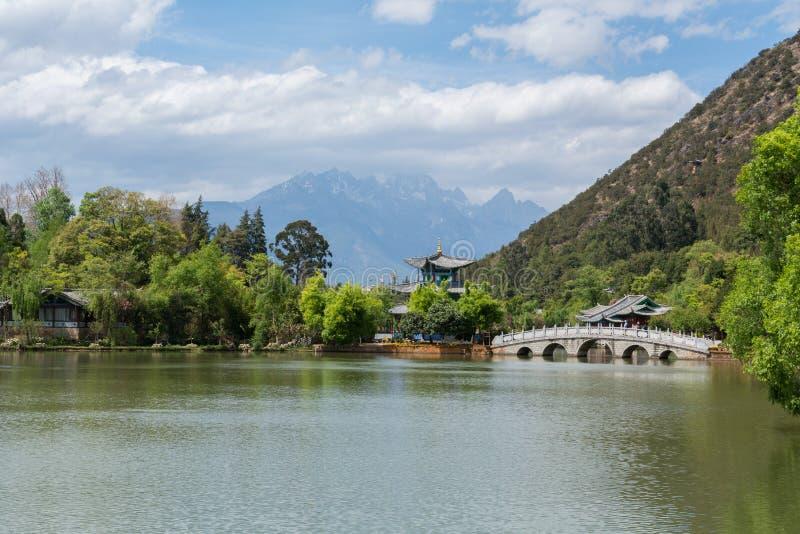 Landschap van Chinees Paviljoen en mountian royalty-vrije stock fotografie