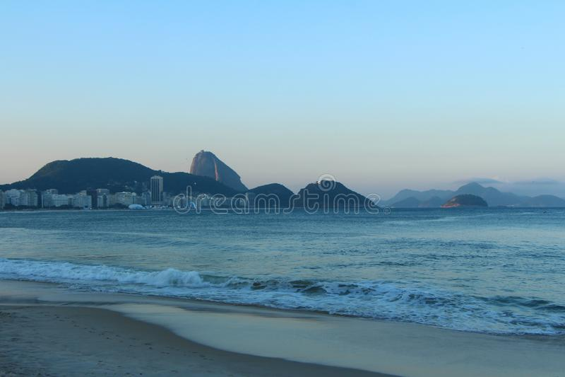 Landschap van copacabanastrand bij schemer stock afbeeldingen