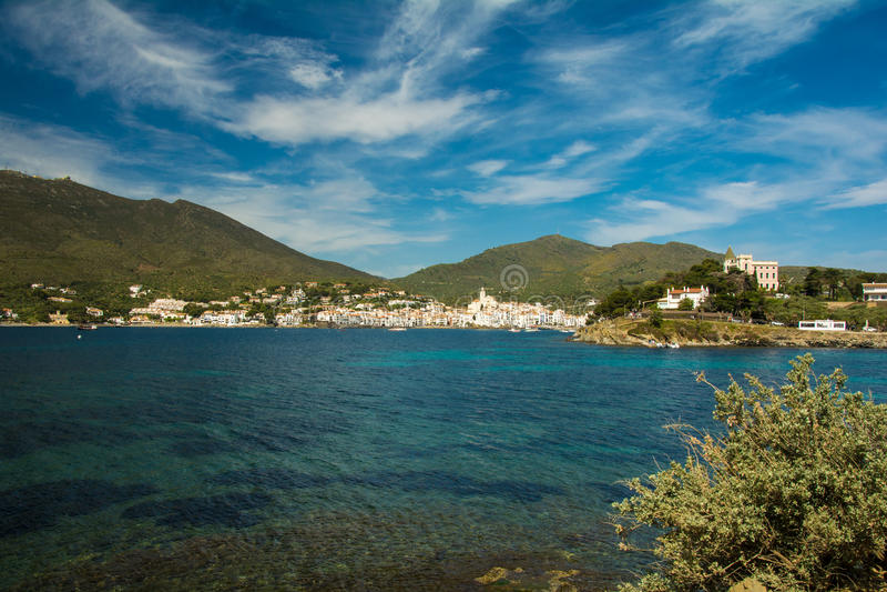 Landschap van de baai en het dorp van Cadaques op Costa Brava royalty-vrije stock foto