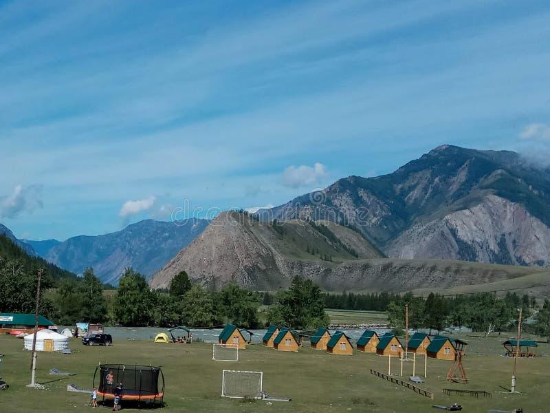 Landschap van de bergen van Altay van de toeristenbasis door de rivier Chuya, Siberië, Rusland stock foto