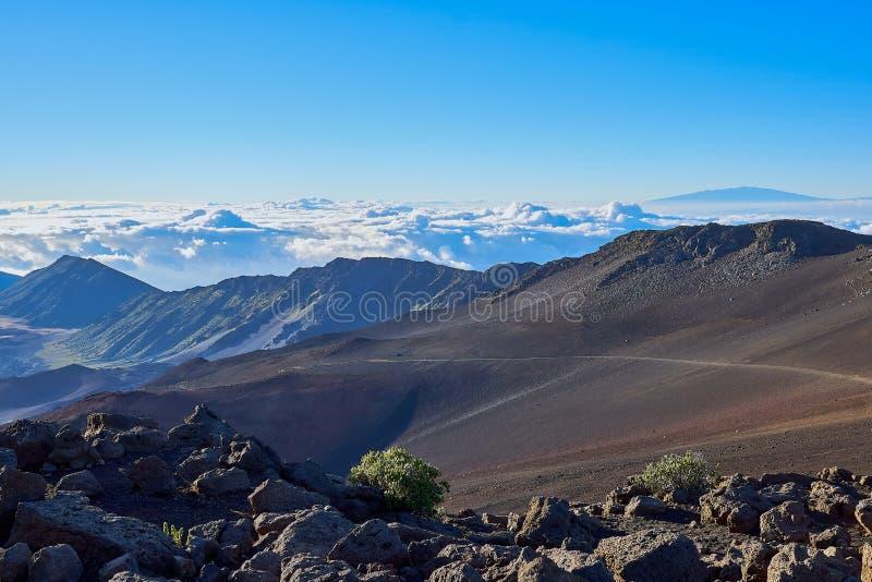 Landschap van de bergen van HaleakalÄ  hoger dan de wolken in Hawaï royalty-vrije stock afbeelding