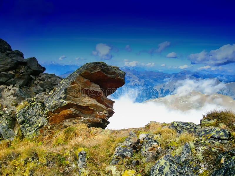 Landschap van de hoge hoogte het toneelberg met een klip royalty-vrije stock fotografie