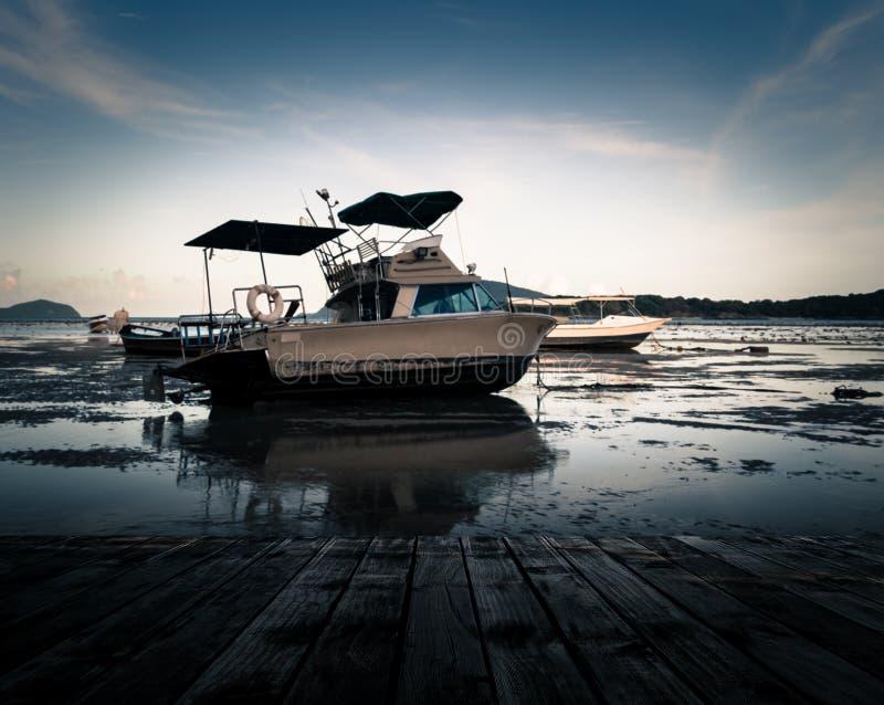 Landschap van de houten pijler met motorboot stock fotografie