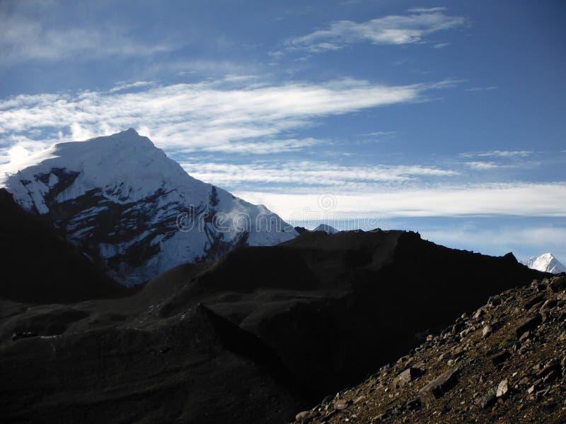 Landschap van de Pas thorung-La met een Sneeuwhimalayan-Piek stock afbeelding