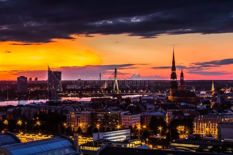 Landschap van de stad vanaf de bovenkant, Riga in zonsonderganglicht, Letland stock foto's