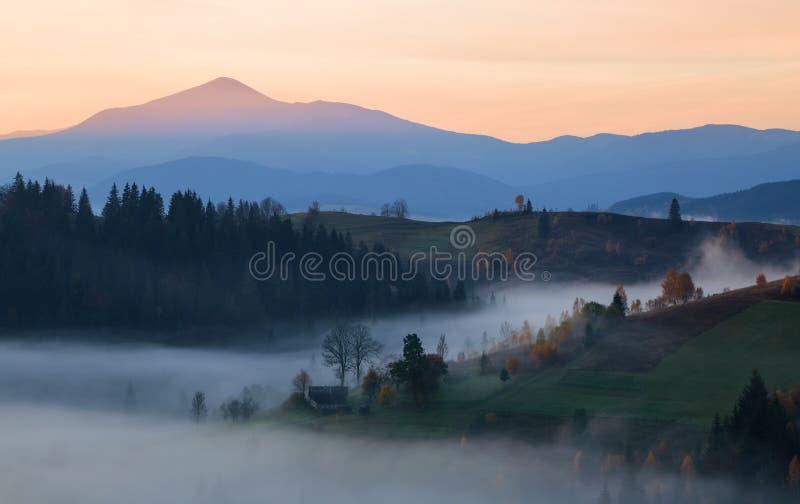 Landschap van de zonsopgang bij het hooggebergte Dichte mist met mooi licht Een plaats in het Karpatische Park te ontspannen Hove royalty-vrije stock fotografie
