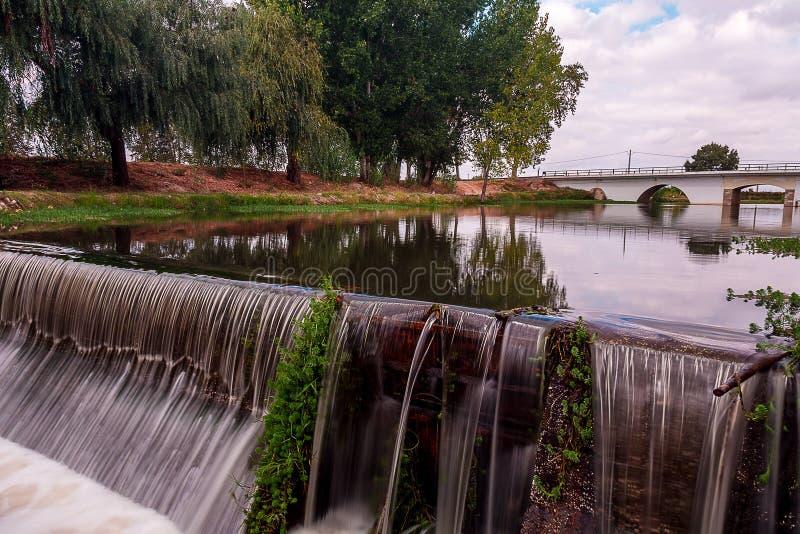 Landschap van een Brug over een Rivier onder een Mooie Hemel stock foto