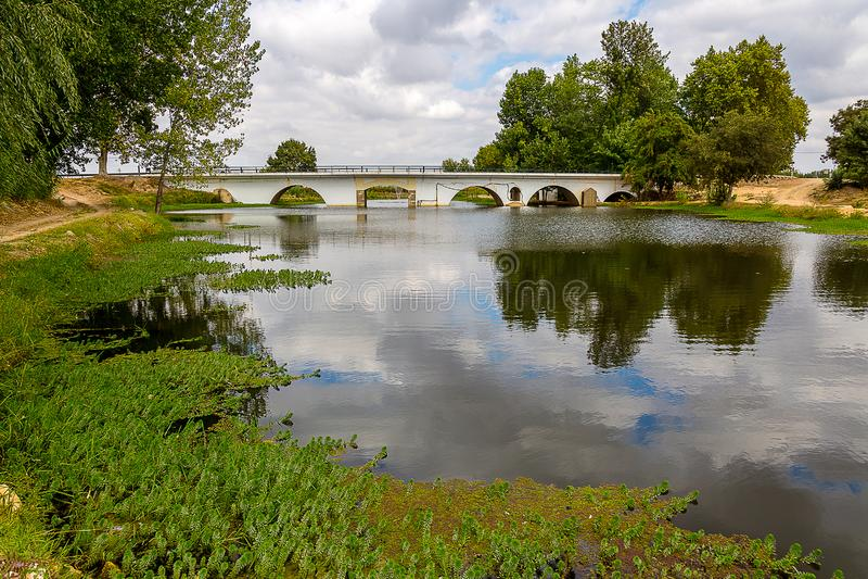 Landschap van een Brug over een Rivier onder een Mooie Hemel royalty-vrije stock foto's