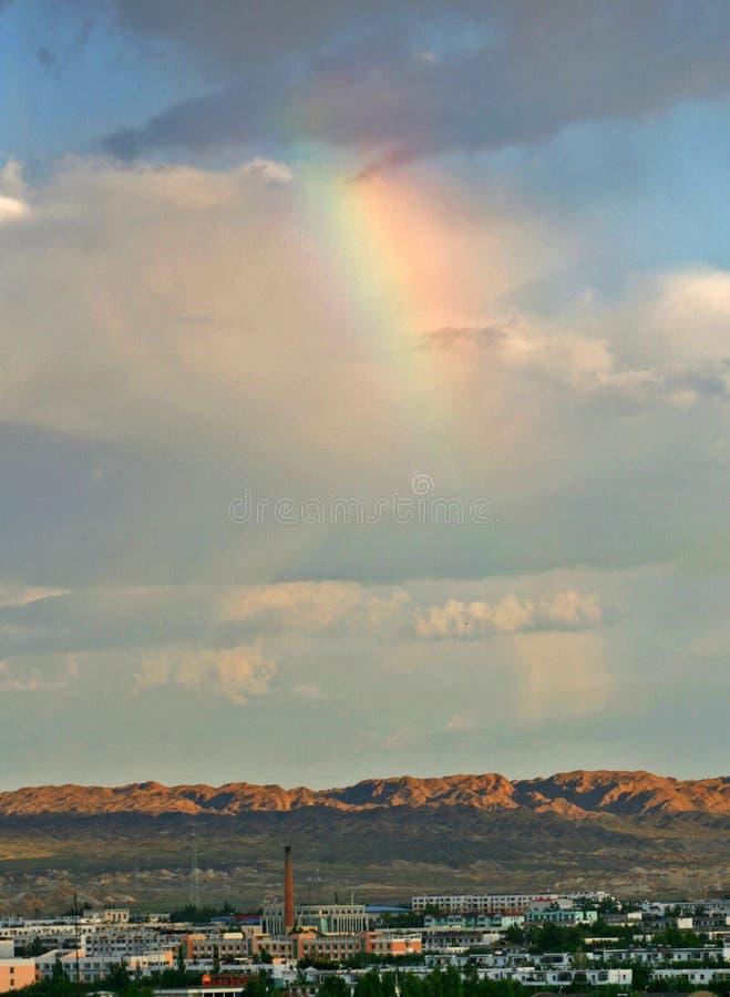 Landschap van een kleine stad in Westelijk China met regenboog royalty-vrije stock afbeelding