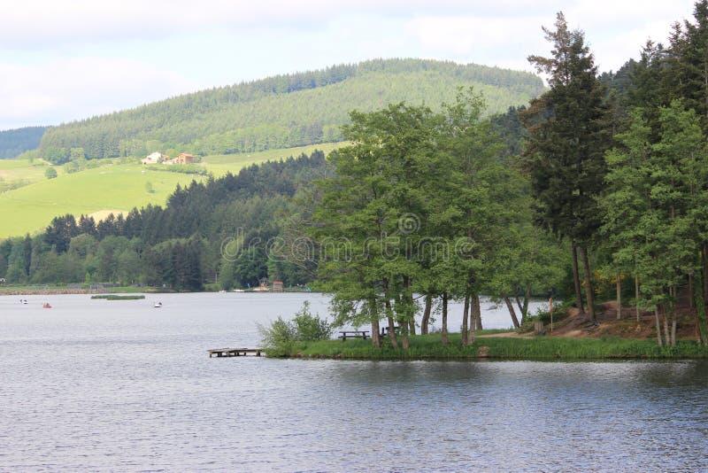 Landschap van een meer in de bergen royalty-vrije stock afbeelding