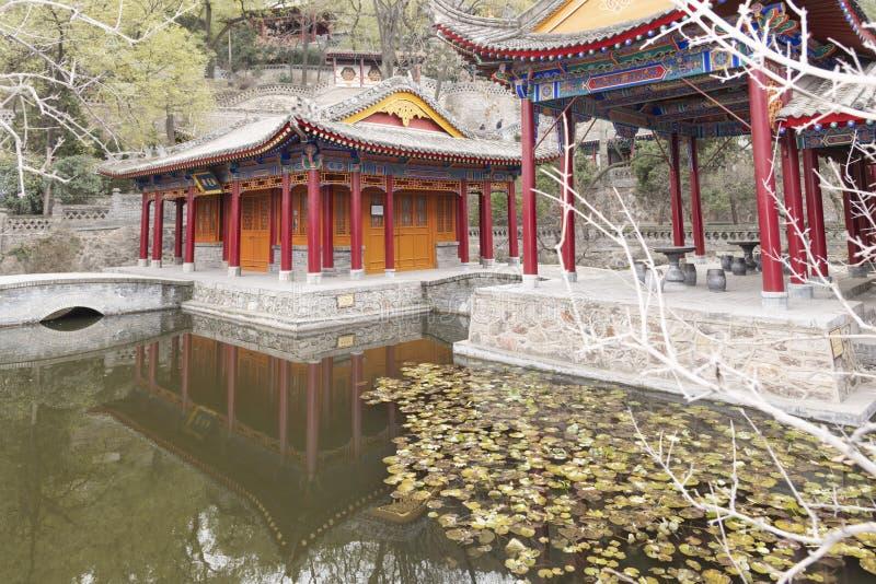 Landschap van een meer en een traditionele Chinese tempel in Huaqing-Paleis - imagen royalty-vrije stock afbeelding