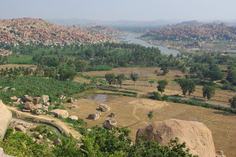 Landschap van een riviervallei in Hampi, Karnataka, India stock afbeeldingen