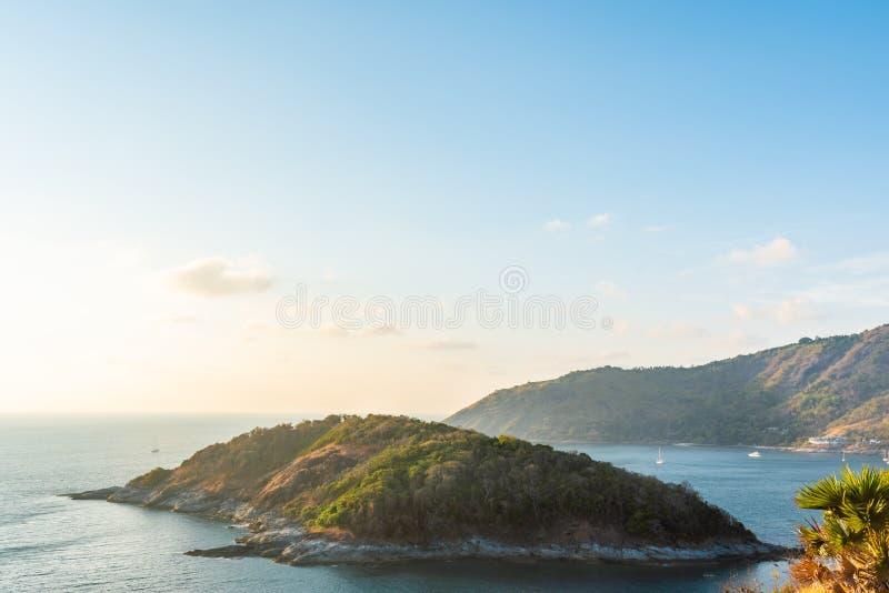 Landschap van eiland en overzees bij leam phrom thep stock foto's