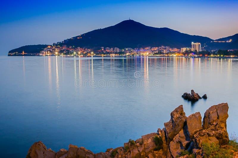 Landschap van Europese stad dichtbij het overzees royalty-vrije stock afbeelding