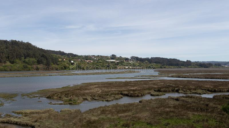 Landschap van Galici? met een rivier en de berg op een zonnige dag en met een dorp De rivier van Ria de Betanzos en Mandeo-in een royalty-vrije stock fotografie